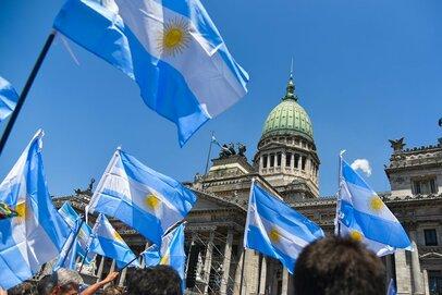 アルゼンチンは財政行き詰まりへの懸念から信用格下げに