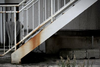 なぜ「築浅アパートの階段崩落事故死」は起きた? 大家さんの責任も重大
