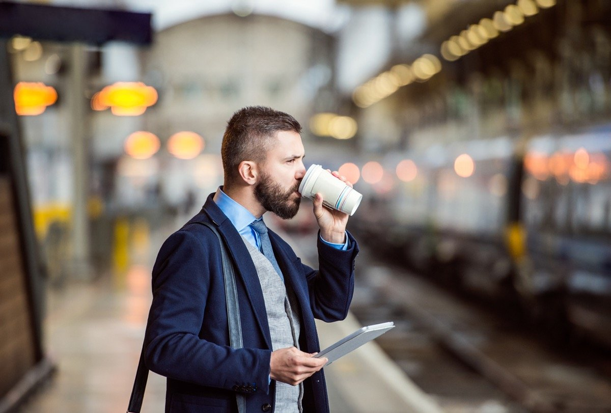 「コーヒーカップ持って乗るな!」大迷惑な電車へのドリンク持ち込み