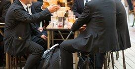 残業が減って飲み代はアップ~お小遣い調査に見るサラリーマンの懐事情