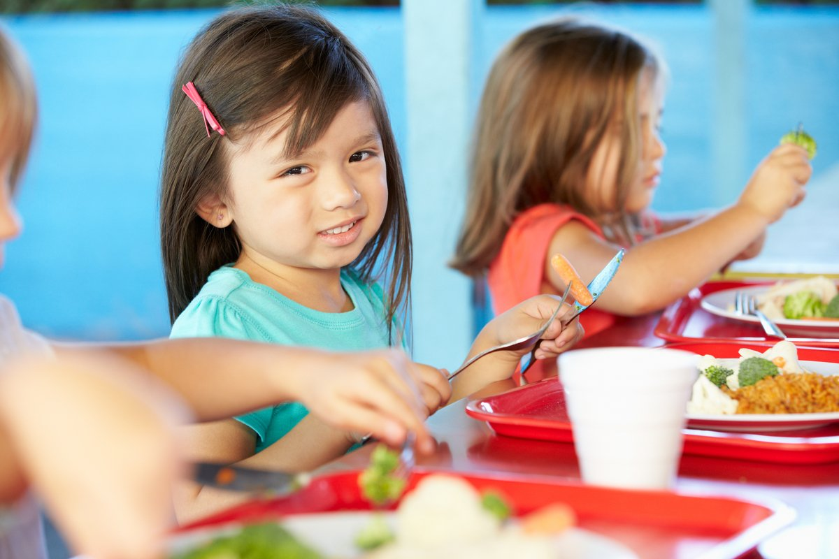 給食の完食指導に賛否両論!「会食恐怖症」を実体験から考える