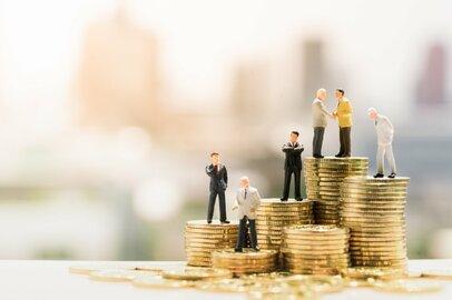 公務員退職金「ふつうの会社」と比べて手厚いか