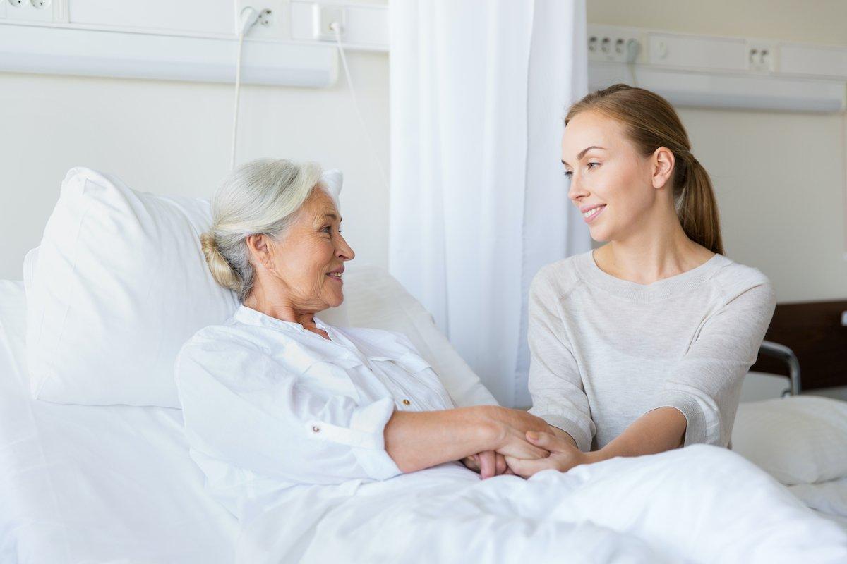 親が入院したらどうなるの?「お見舞い、両親のケア、相談場所…」できる備えとは<br />