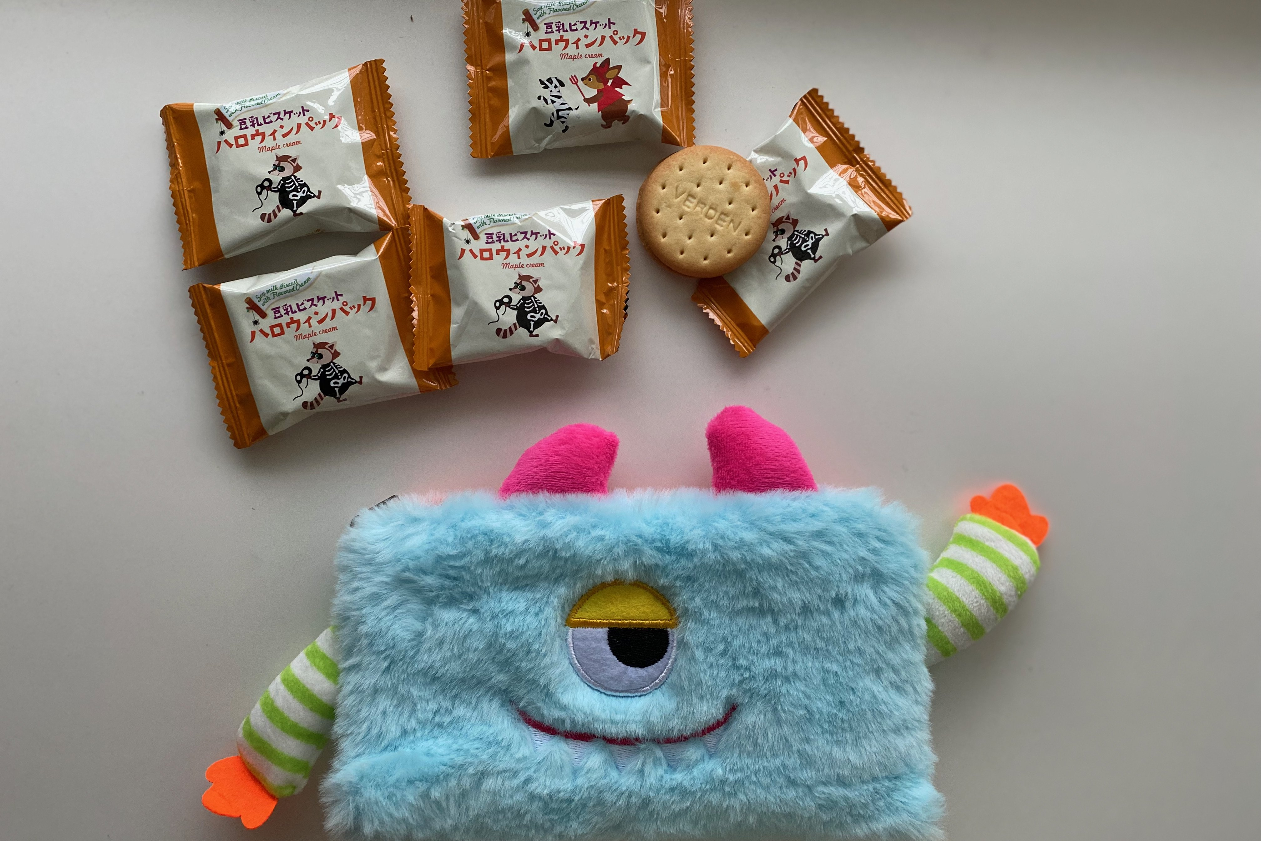 オンラインは完売【カルディ】もこかわ「モンスターポーチ」中にはハロウィンお菓子