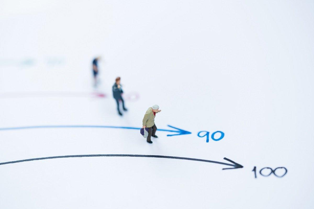 高齢になっても生活費は減らない!? 夫婦世帯と単身世帯の年額を見る