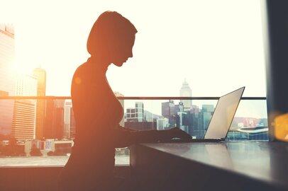 「会社を辞めた人達を見るとイキイキしている」と答えた元同僚が辞めずに働く理由