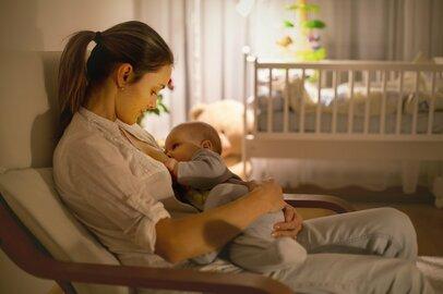 長期間の授乳は恥ずかしい?家族や仕事のスタイルが多様化した現代