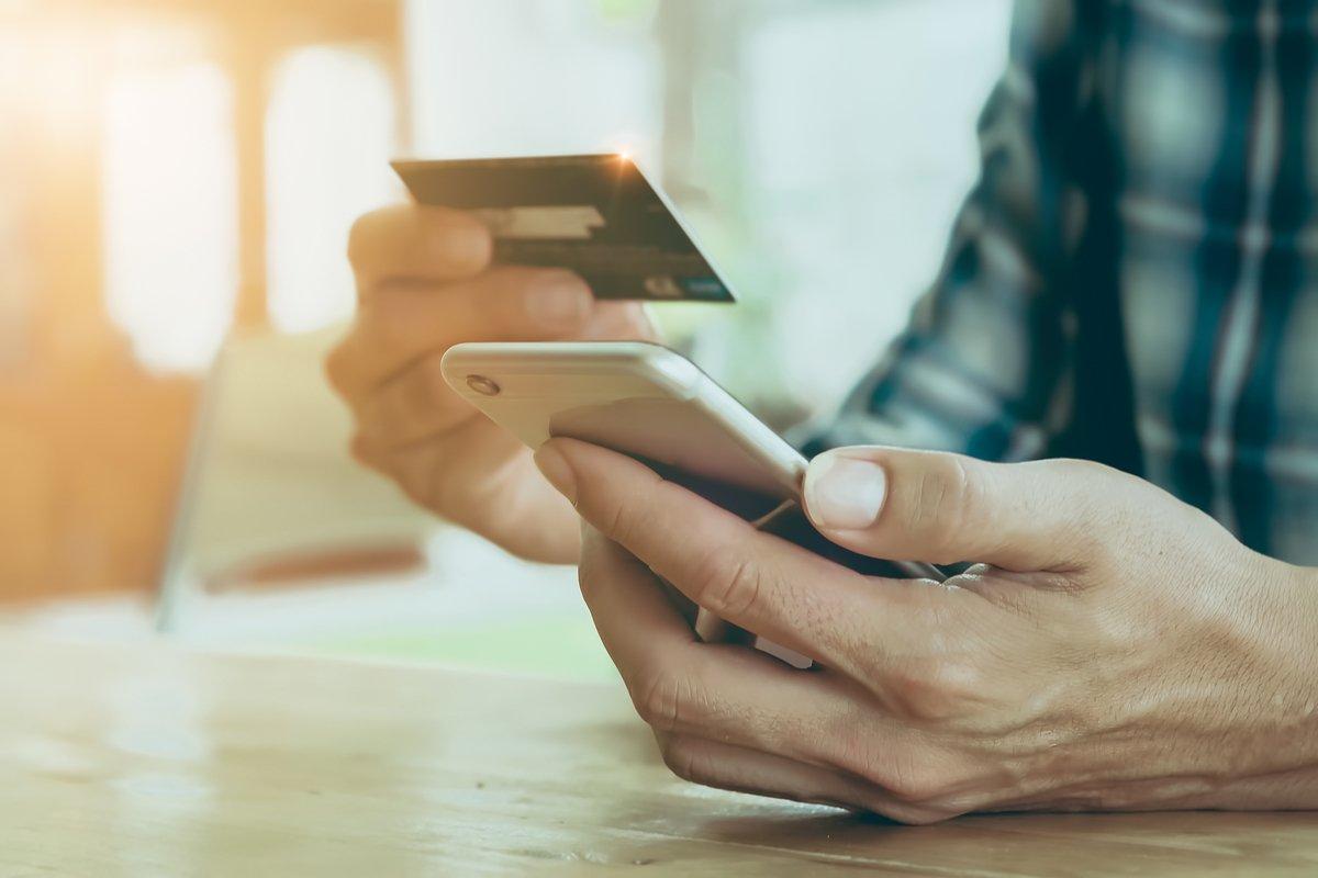 クレジットカードを持った年齢は20歳が一番多いのはなぜか