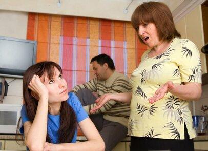 「女性は仕事よりも子育てを優先するのが当然!」義父母の言葉、どこまで聞けばいい!?