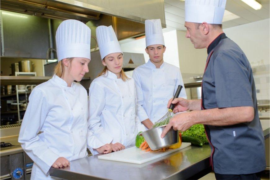 女性の調理士見習の給料はどのくらいか