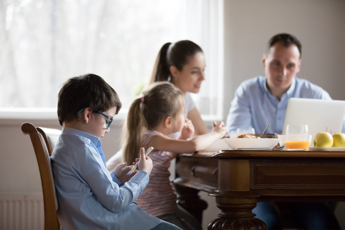 「子供の前で言ってはいけない!?」それって悪影響?先生や姑、ママ友の悪口…