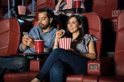 映画館での「スマホマナー」の悪さに映画好きから怒りの声