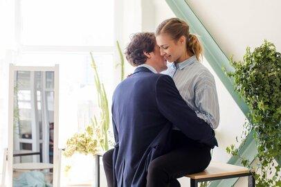 不倫の始まりに多い「社内恋愛」。発展したきっかけ2位「アプローチ」1位とは?