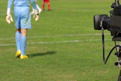 賛否両論、サッカーの「ビデオ判定」は是か非か