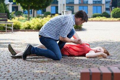 眼の前で倒れた女性をAEDで救命……でも痴漢に間違われないか?