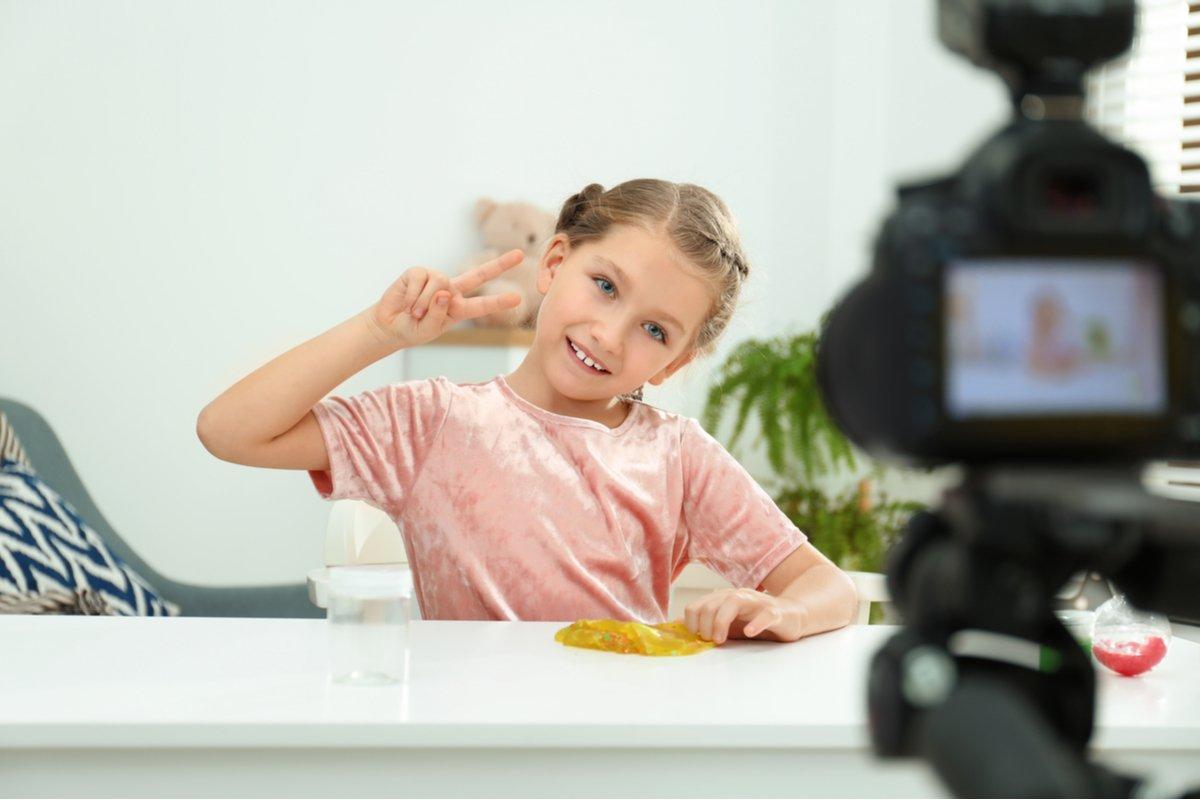 """""""子供YouTuber"""" """"小学生モデル""""がイタい! 子供は親の「ほめられたい」を満たす道具なの?"""