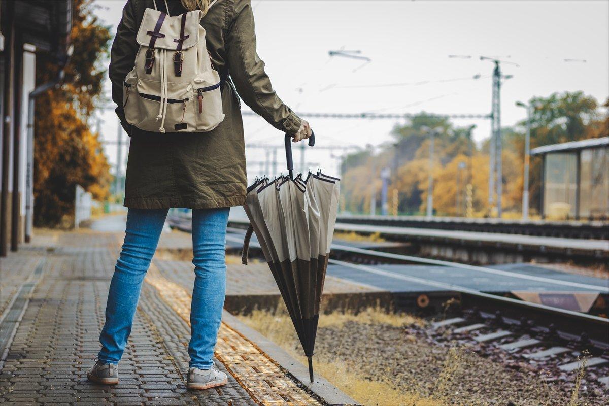 駅や電車で傘はどう持てばいい? 意外と知らない「傘マナー」