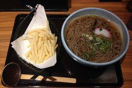 誕生から3年、阪急十三駅の「ポテそば」はすっかり定番になっていた
